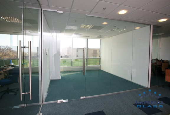 Ingrijirea unor pereti sticla securizata