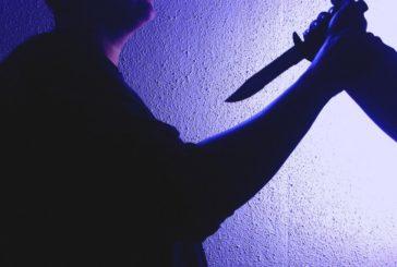 După ce a înjunghiat un bărbat, fugea pe drum cu cuțitul în mână