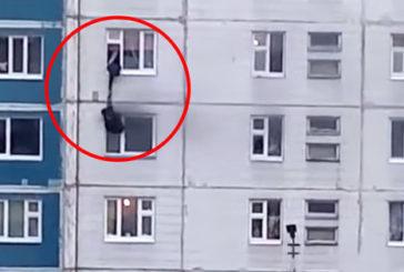 Tânăra salvată pe geam atunci când casa îi lua foc