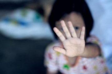 Un copil de 3 ani a stat câteva zile în casă cu mama sa moartă